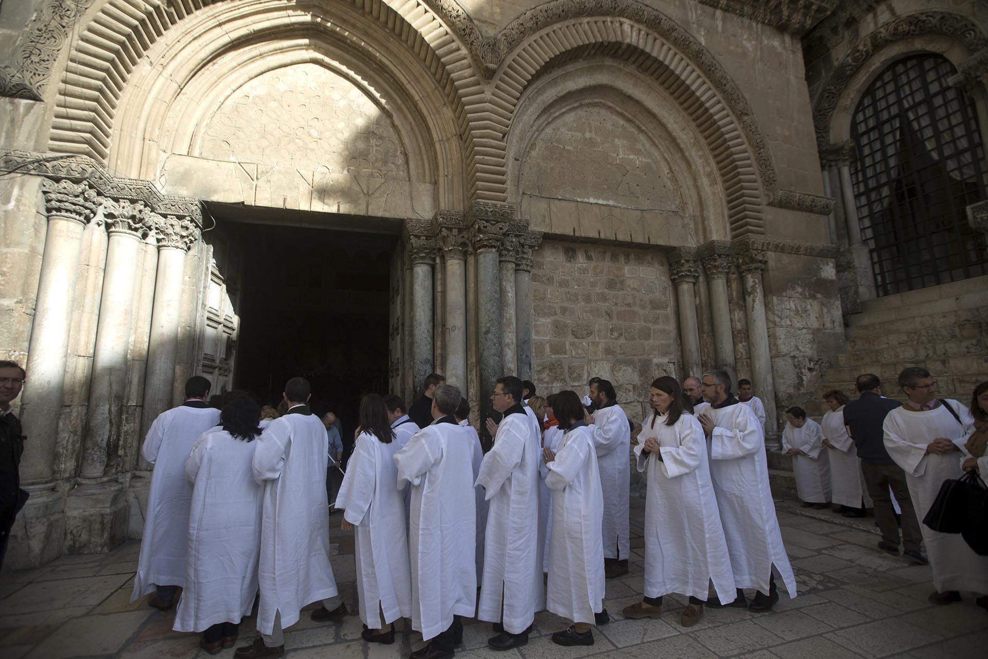 Peregrinos cristianos rezan a las afueras de la Iglesia de la Santa Sepultura en Jerusalén, Israel
