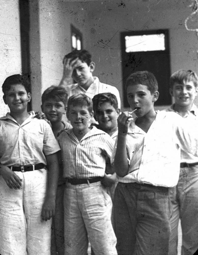 Un joven Fidel Castro comiendo una paleta en la escuela de Nuestra Senora de Dolores en Santiago, Cuba, 1940