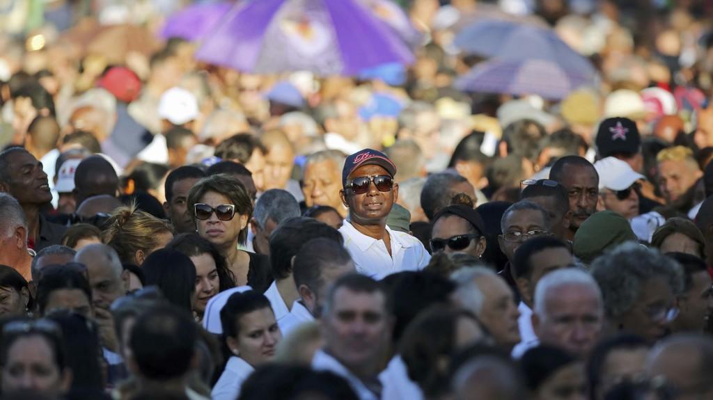 Médicos, militares y otras personas aguardaban al momento de pasar frente al retrato de Castro custodiado por una guardia de honor