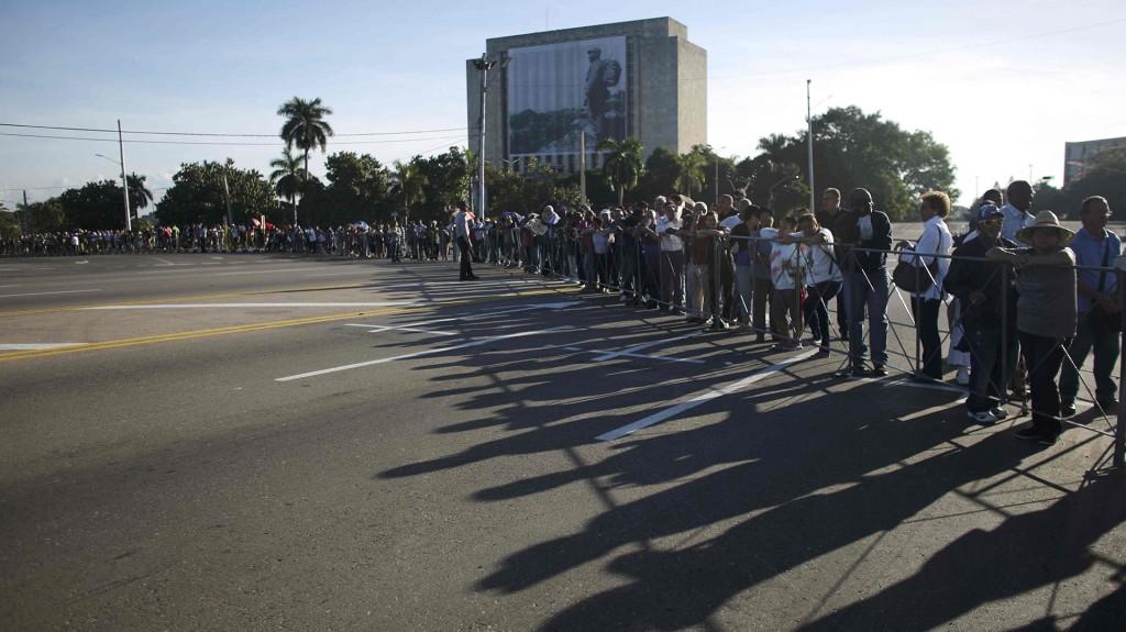 La peregrinación al corazón político de La Habana abrió una semana de tributo a Castro. Las honras fúnebres se iniciaron con 21 salvas de cañón