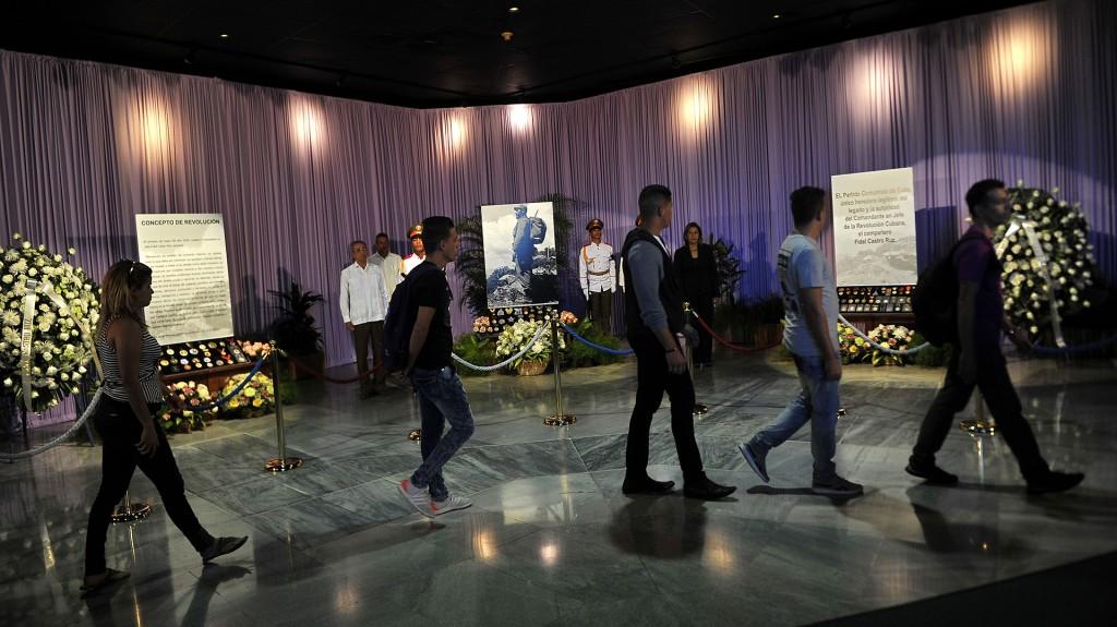 Los cubanos ingresaban uno a uno al memorial José Martí, donde se levanta un sobrio altar de flores con la imagen de un Fidel de barba negra, erguido, con morral de guerrillero