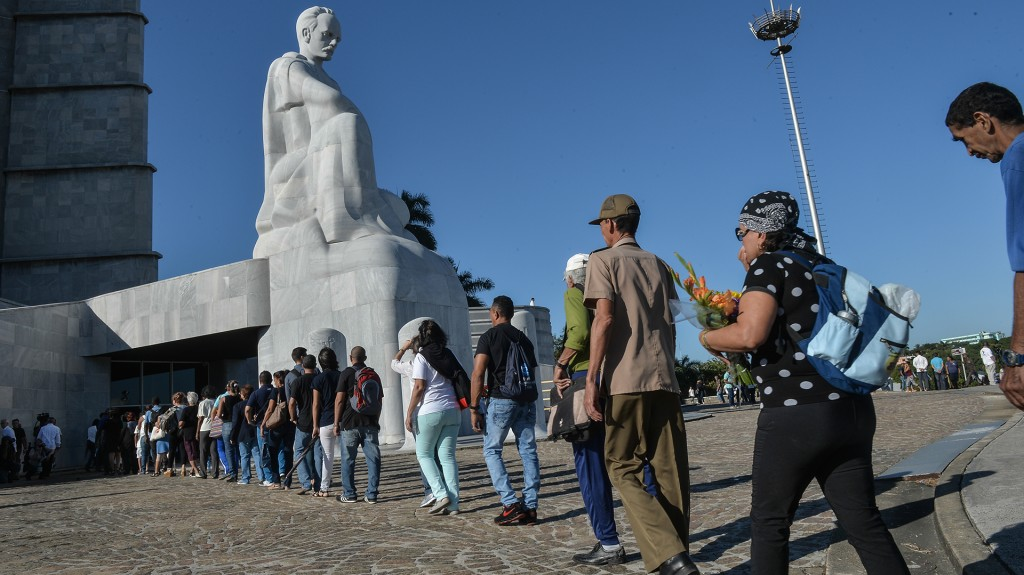 Los cubanos esperaban poder rendir tributo a las cenizas del hombre que gobernó sin concesiones durante 48 años, antes de que una enfermedad lo obligara a ceder el poder en 2006 a su hermano Raúl
