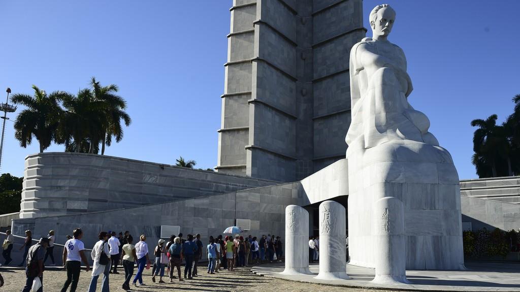 Pero el Gobierno, que mantiene en reserva los detalles de la muerte de Fidel Castro, no exhibió los restos, como había sugerido