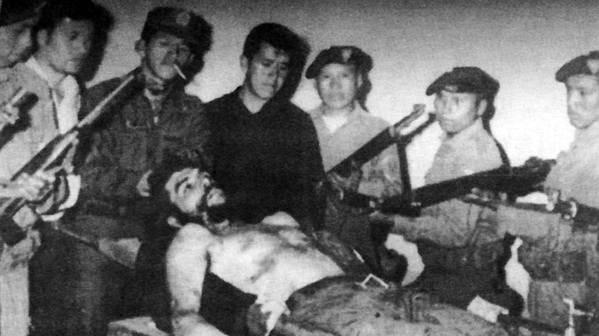 El cuerpo de Che Guevara tras su ejecución a manos del suboficial Mario Terán