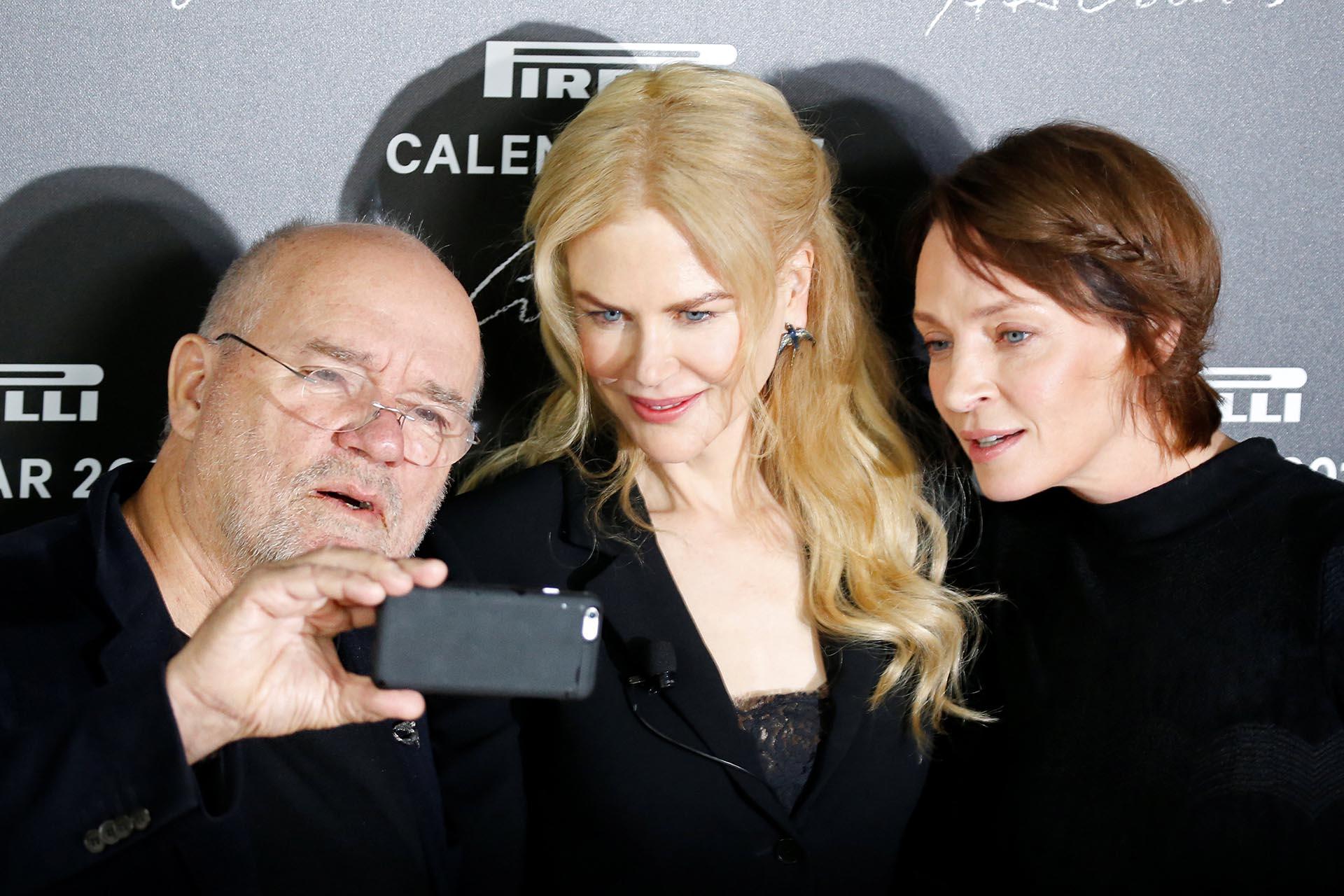 Peter Lindbergh junto a Nicole Kidman y Uma Thurman. El prestigioso fotógrafo quiso sacarse selfies con todas las estrellas que pasaron frente a su lente