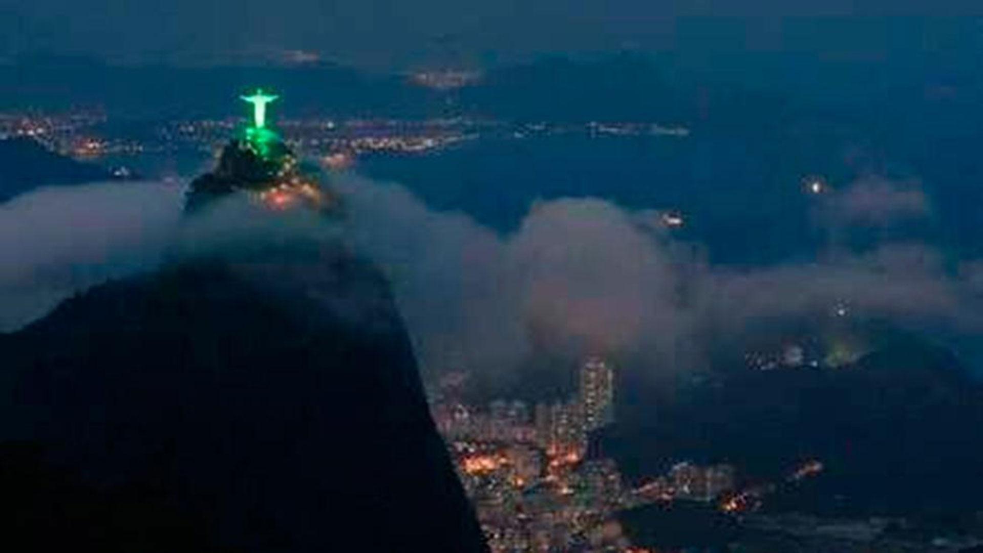 El Cristo Redentor brilla sobre Río de Janeiro