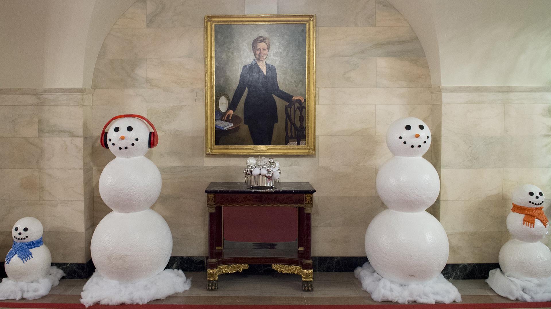 Unos divertidos muñecos de nieve flanquean un retrato de Hillary Clinton, que fue primera dama y aspirante a la presidencia en las últimas elecciones. Este retrato está situado en el Center Hall