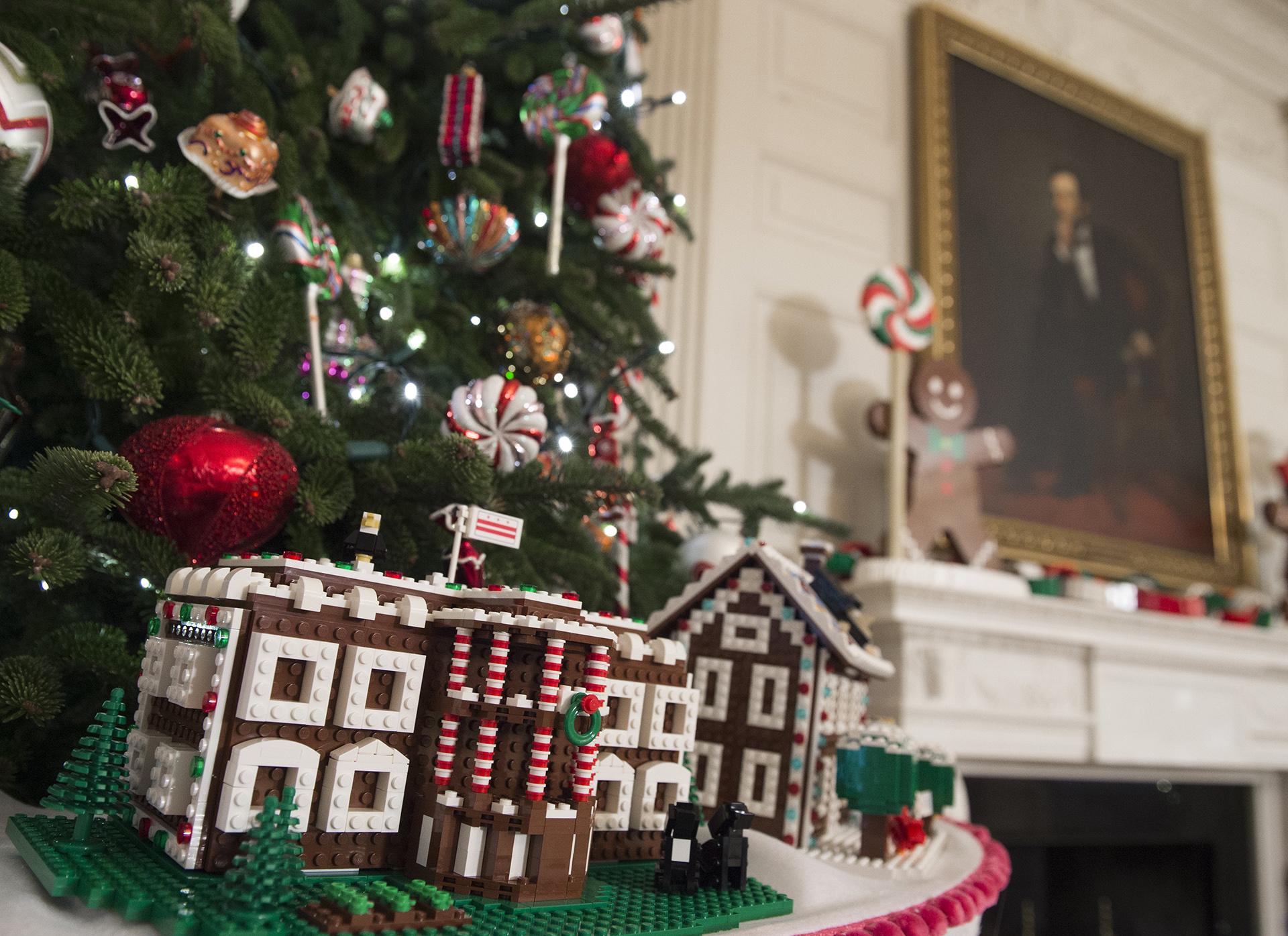 Las casas hechas con Legos adornan uno de los árboles de la Casa Blanca.