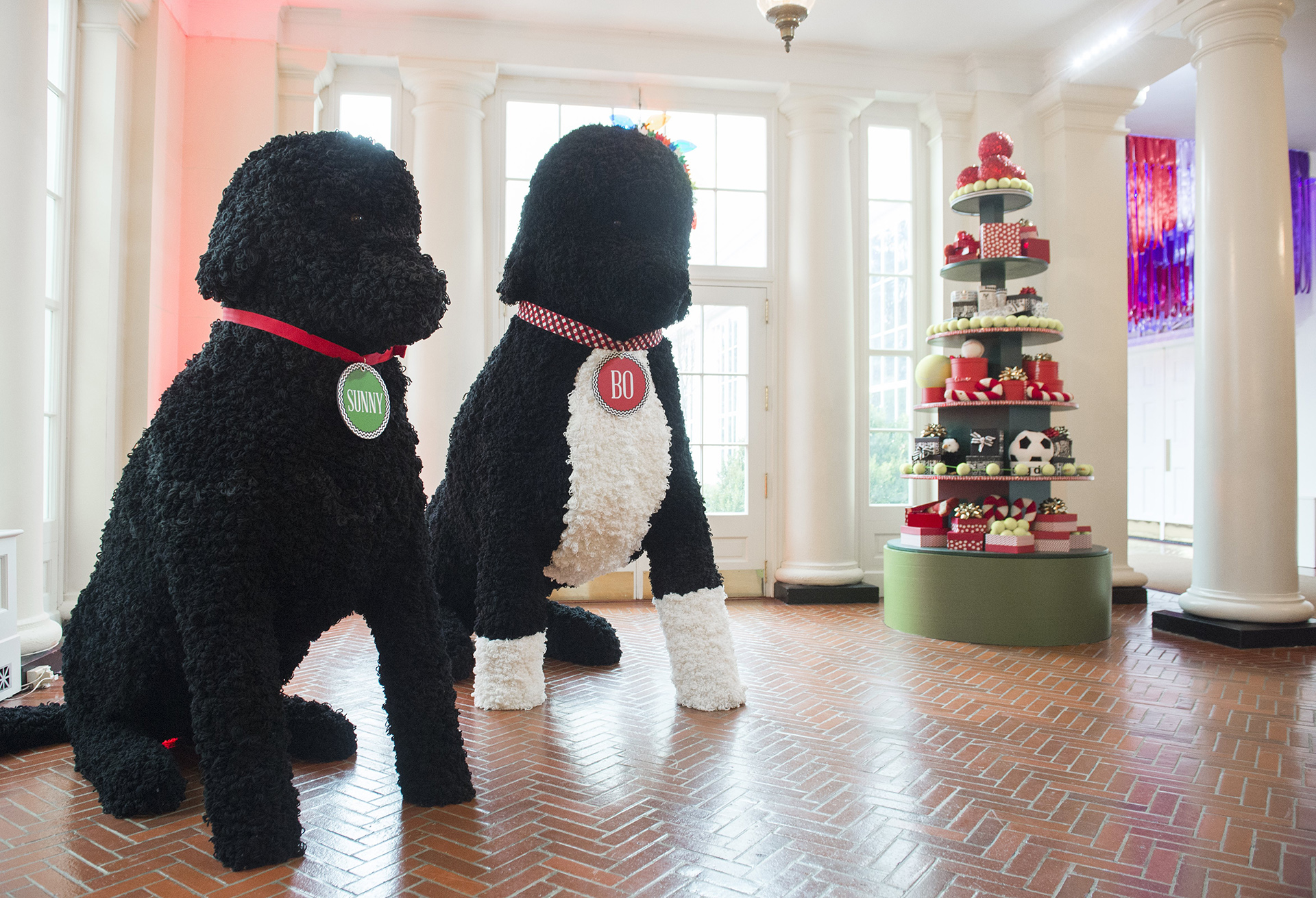 Figuras gigantes de las mascotas de la familia Obama reciben a los visitantes a la Casa Blanca