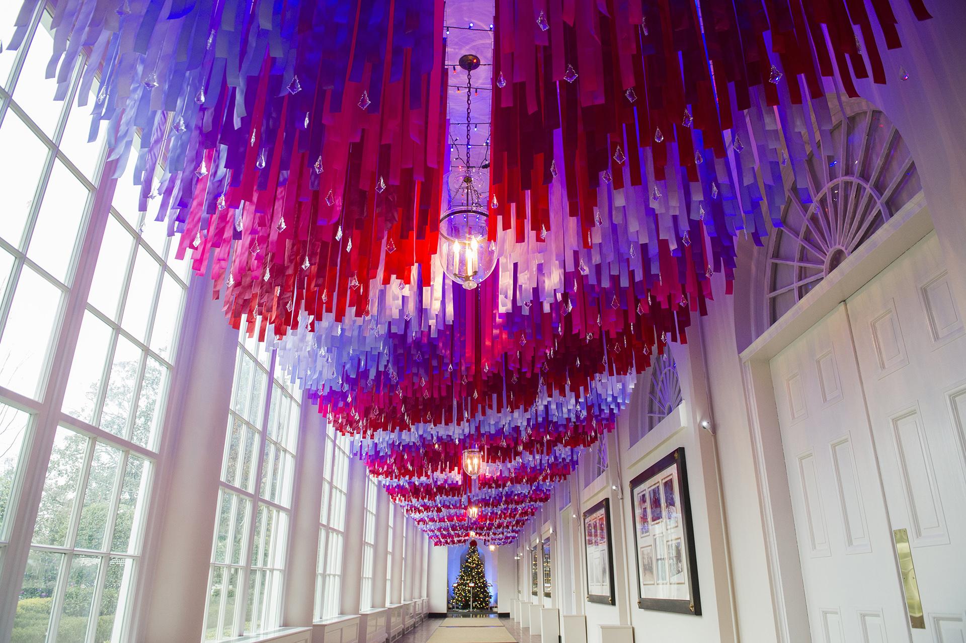 Cintas con adornos de cristal adornan un pasillo del ala este de la Casa Blanca