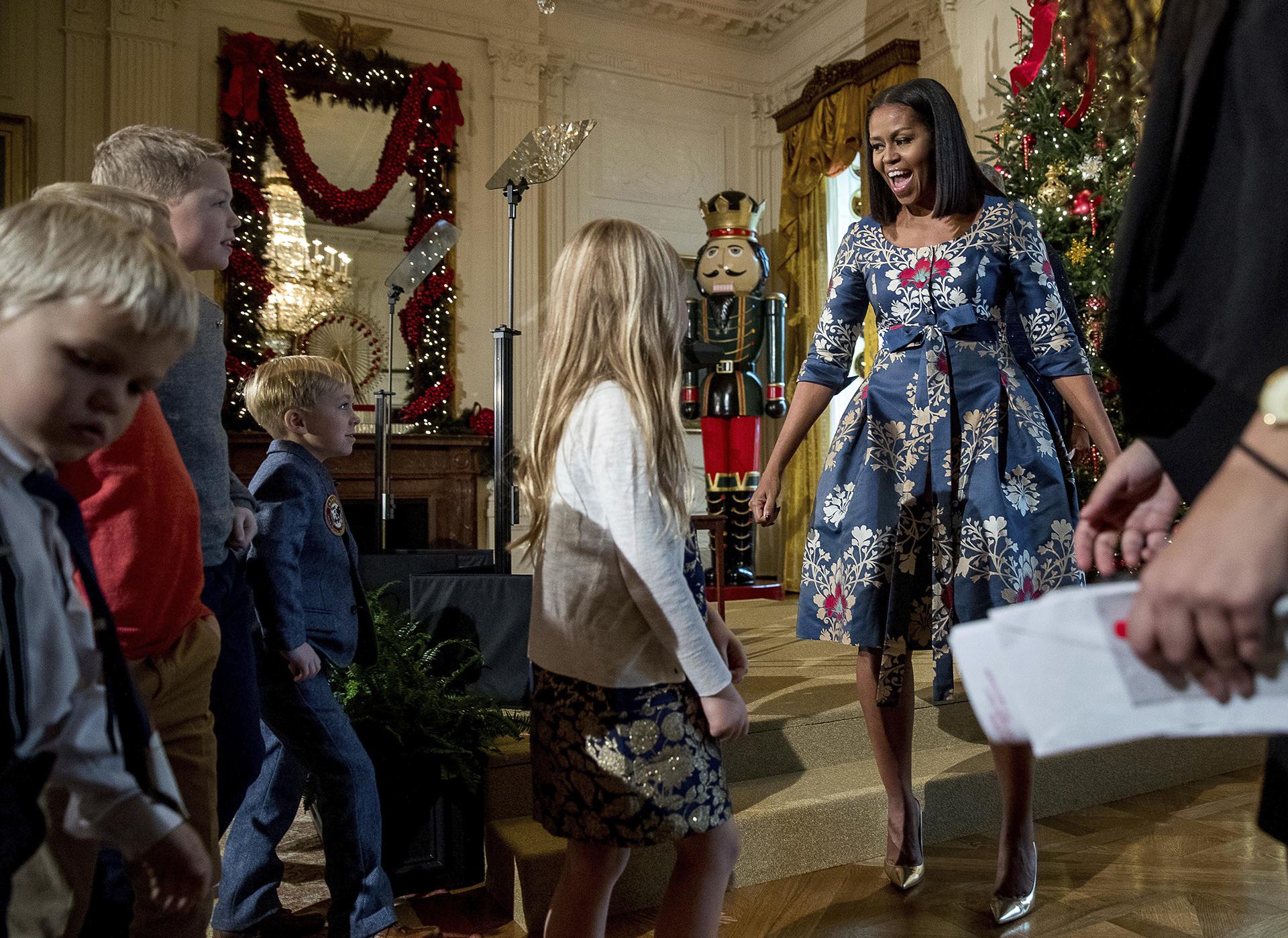 Michelle Obama recibió a familias de militares para que sean los primeros visitantes de la Casa Blanca que vean las decoraciones navideñas de este año