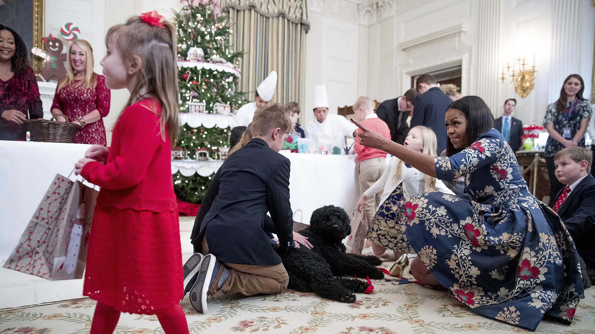 Michelle compartió con algunos niños esta inauguración de la temporada navideña, una velada en la que recorrieron las salas decoradas y comieron algunas galletas y dulces