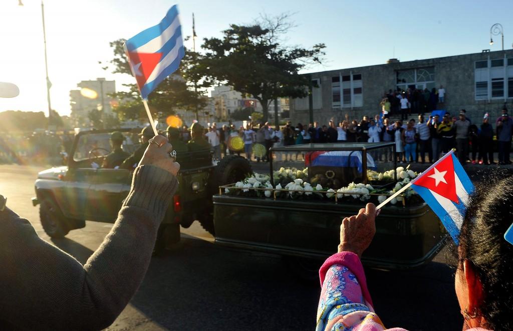 Muchos llevaron pequeñas banderas de Cuba