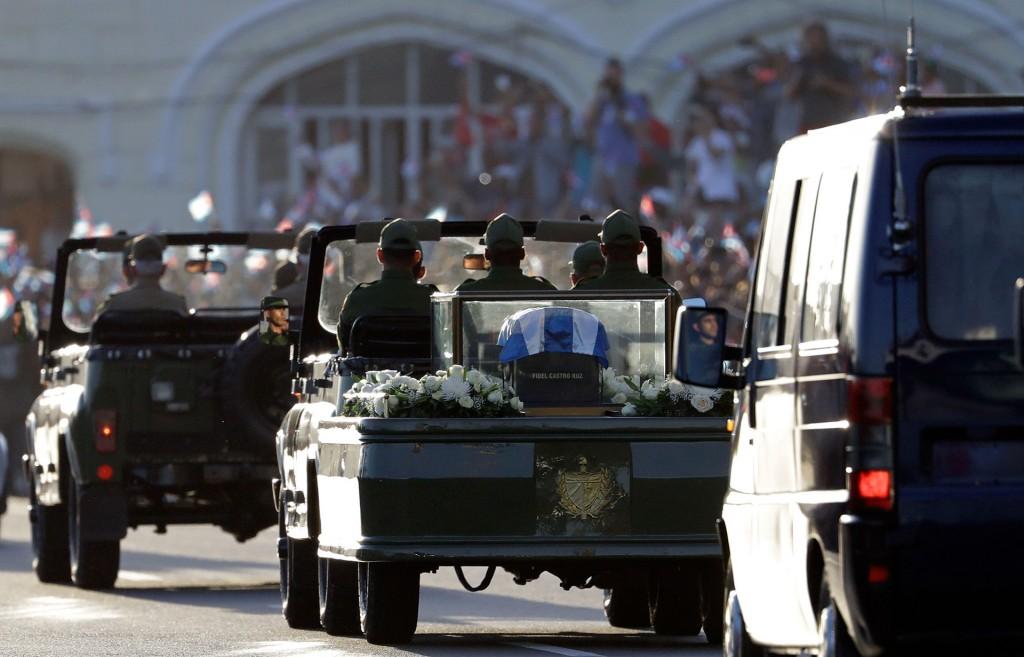 """El silencio fue sepulcral durante todo el recorrido, pero se rompió cuando la caravana giró desde la calle 23 al emblemático malecón habanero, donde se escucharon gritos de """"Viva Fidel"""" o """"Yo soy Fidel"""", mientras ondeaban banderas cubanas"""