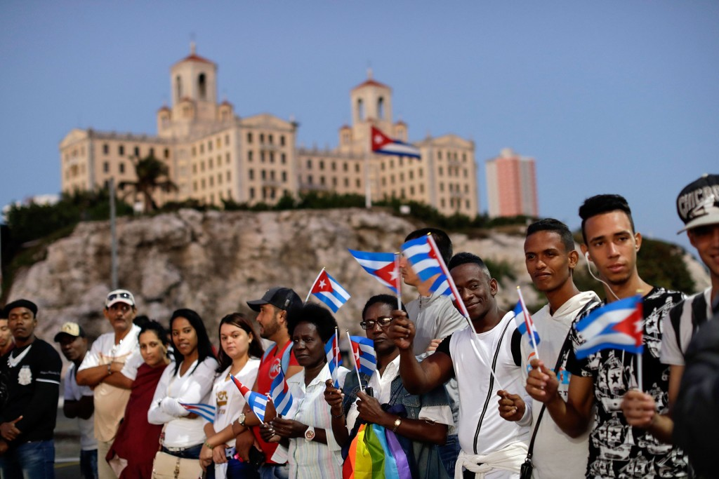 Envuelta en una bandera de Cuba y de madera de cedro, la urna con las cenizas, que reposaba en la sede del Ministerio de las Fuerzas Armadas, salió a las 7:15 hora local (12:15 GMT) del edificio a manos de dos soldados