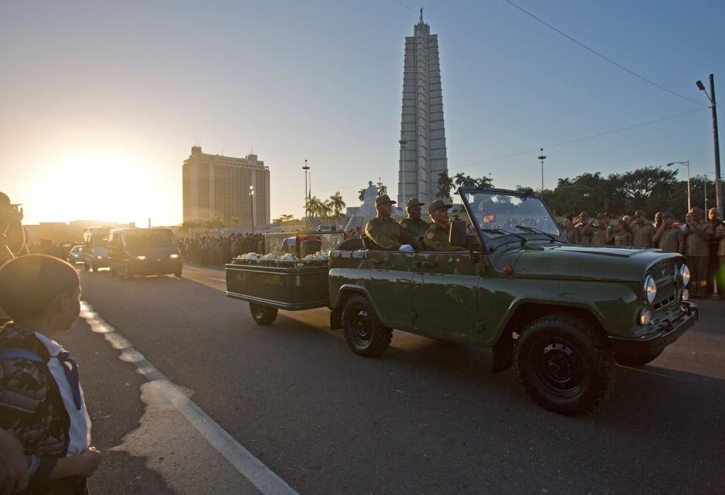 Las cenizas de Fidel Castro partieron desde la emblemática Plaza de la Revolución de la capital cubana para el viaje de cuatro días en caravana por toda la isla, un cortejo fúnebre que terminará en Santiago de Cuba, donde se celebrará su funeral el próximo domingo