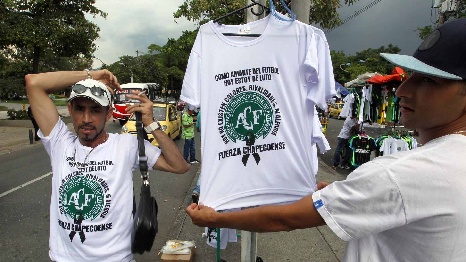 En las inmediaciones del estadio colombiano se venden camisetas recordando a los jugadores