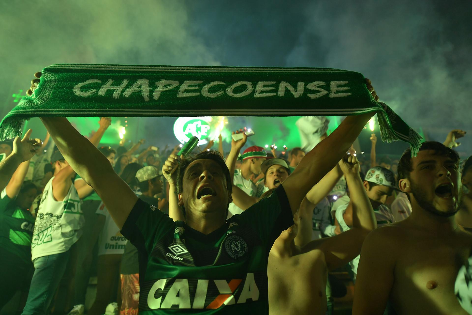 Al igual que ayer, hinchas brasileños recuerdan a sus jugadores