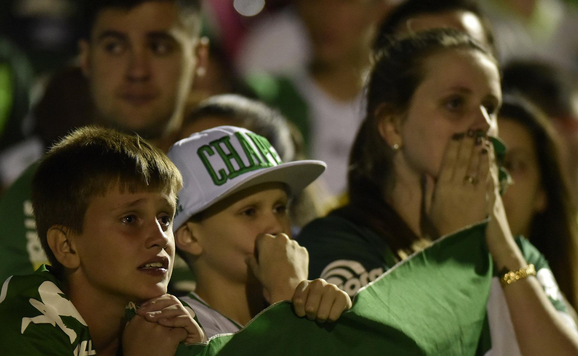 Jóvenes hinchas brasileños sufren en el homenaje a las víctimas en Brasil