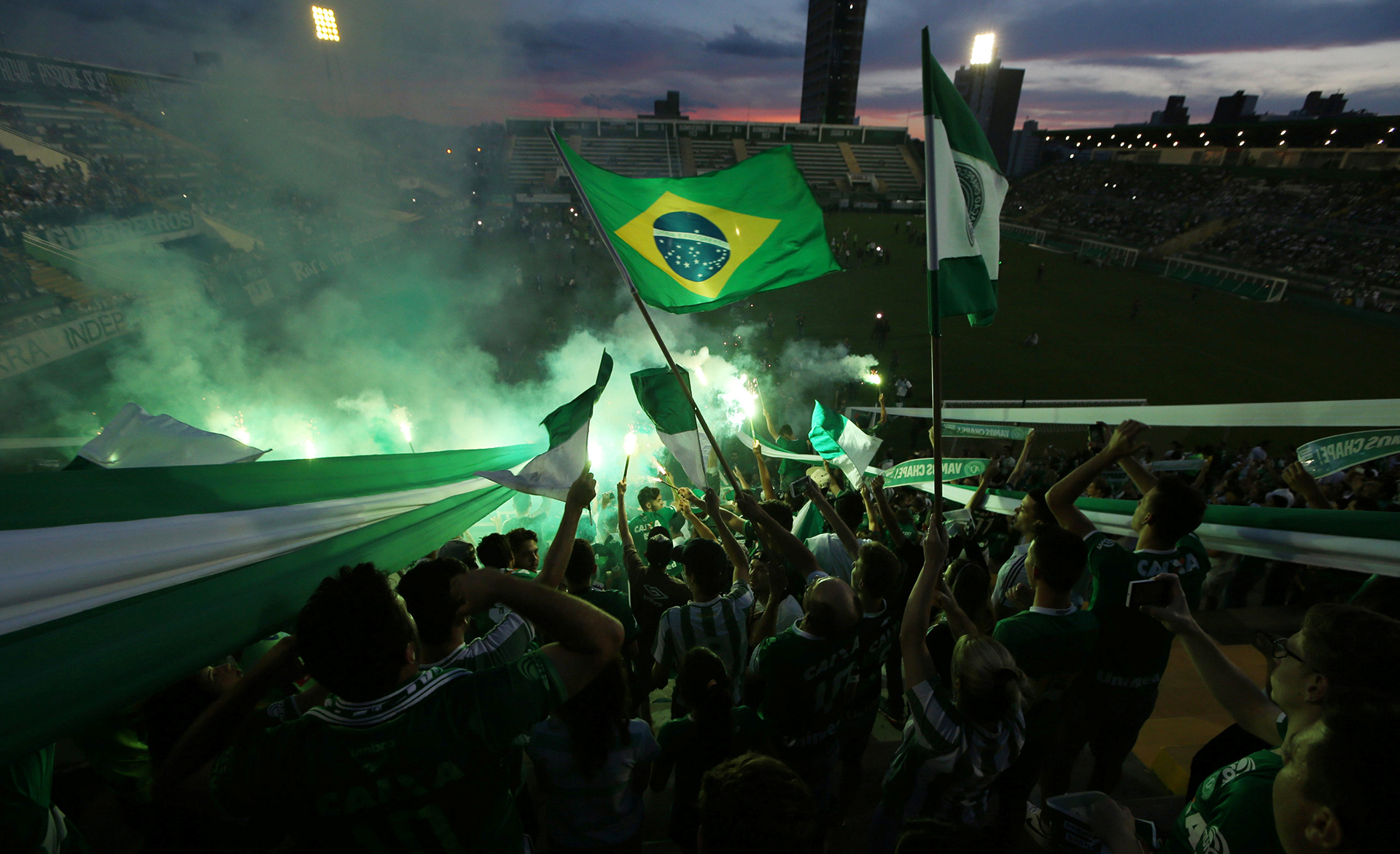 La bandera de Brasil flameando en una de las tribunas del estadio