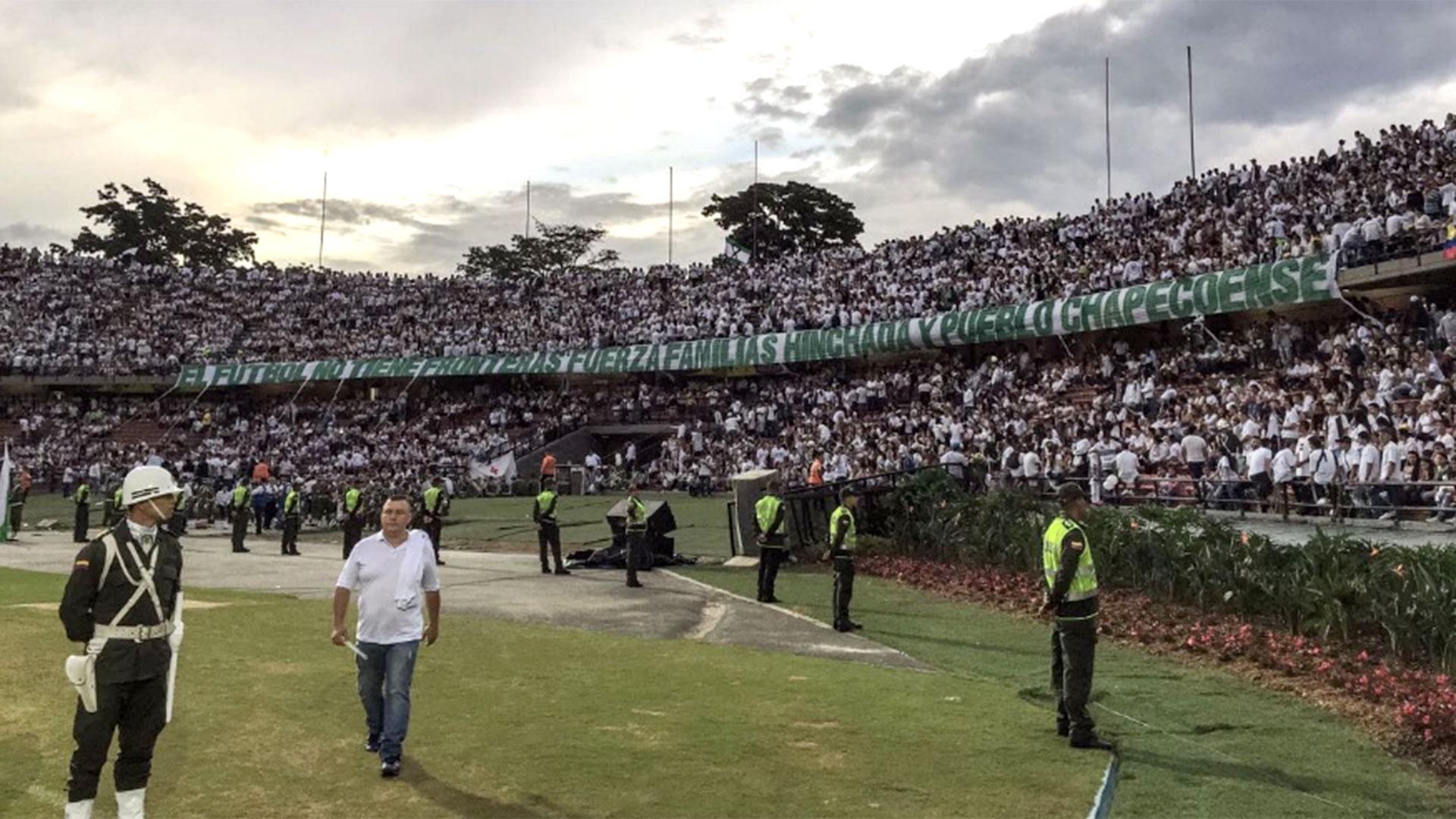 """""""El fútbol no tiene fronteras. Fuerza familias, hinchada y pueblo de Chapecoense"""", la bandera en la tribuna"""