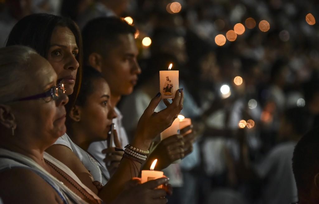 Miles de velas fueron prendidas en las gradas del estadio del Atlético Nacional(AFP)