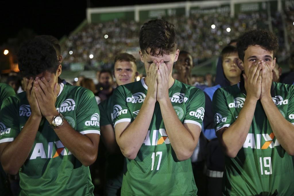 Los jugadores del Chapecoense que no subieron al avión que se estrelló se mostraron emocionados en Brasil (AP)