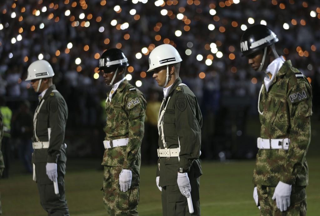 Soldados y policías colombianos en el tributo (AP)