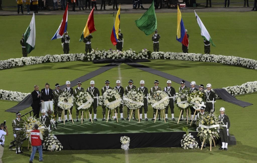 Las coronas y las banderas flamean en el estadio Atanasio Girardot (AP)