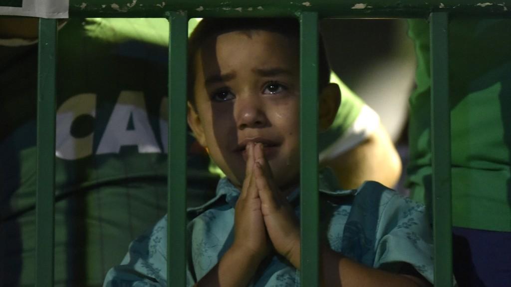 Un niño no oculta su tristeza por la tragedia (AFP)