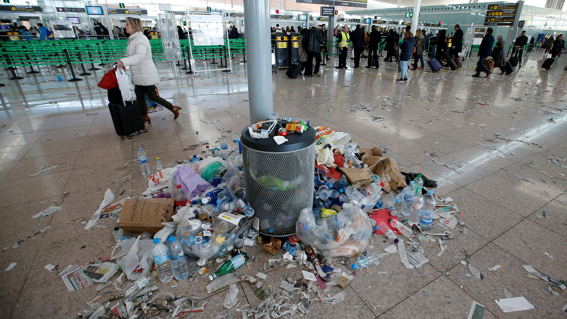 """Según El País, la huelga fue apoyada por """"prácticamente"""" el total de la plantilla, formada por 350 trabajadores, que cada día se han manifestado en las dos terminales esparciendo papeles y basura no orgánica por los suelos."""