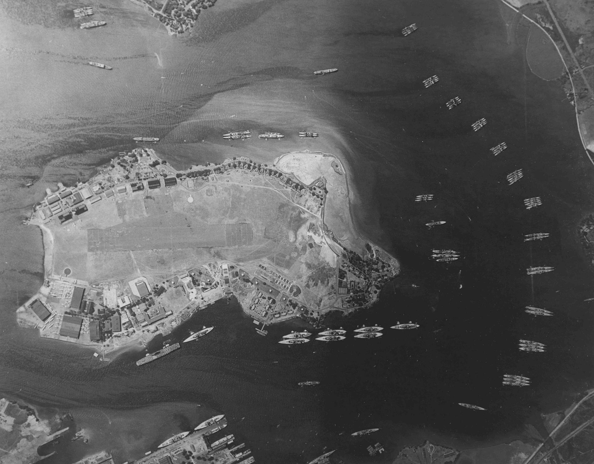 Fotografía aérea tomada un año antes de la incursión japonesa donde se ve la la flota aérea de Ford Island en Pearl Harbor, Hawai.