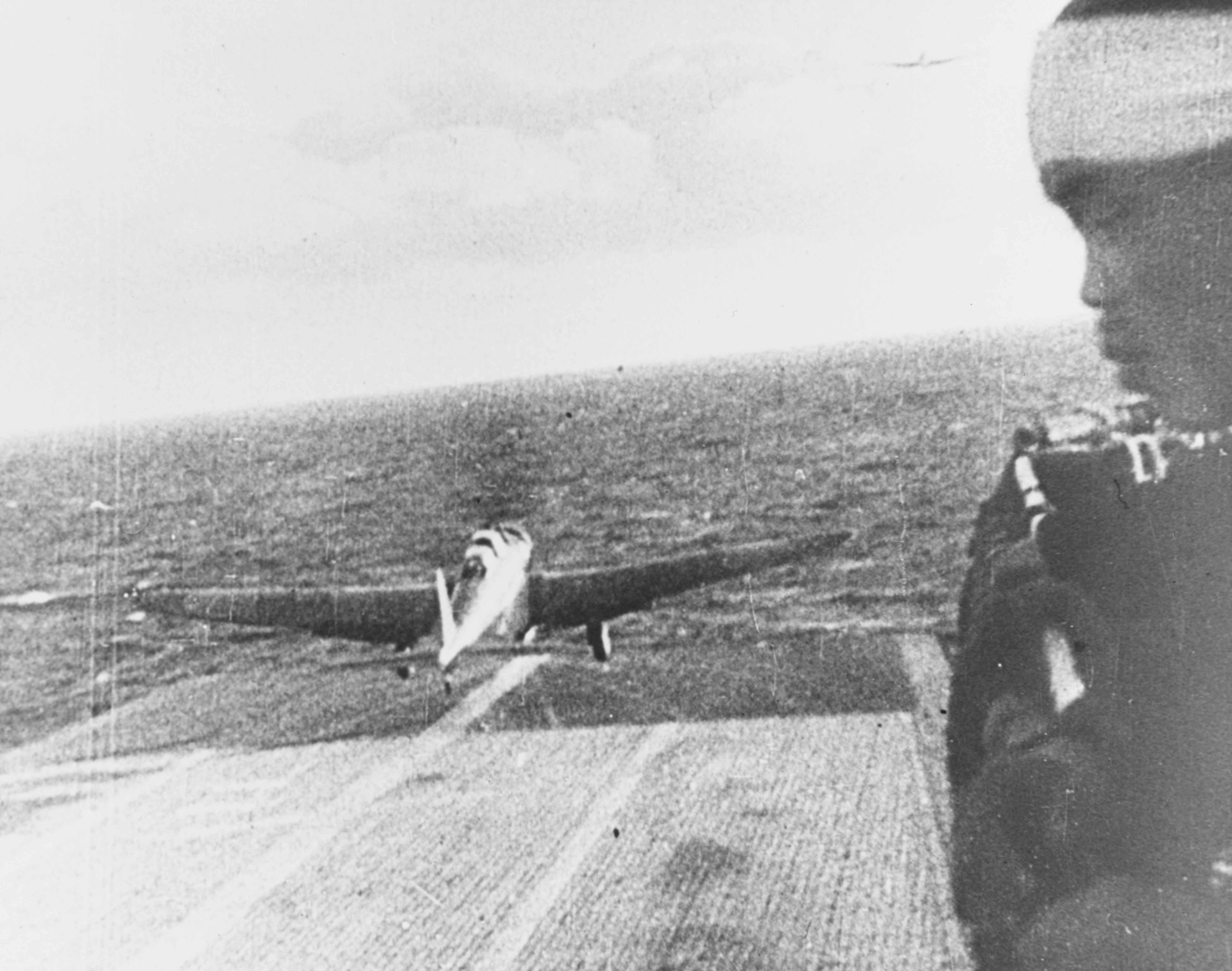 "Un bombardero japonés tipo 97 Kate"" despega del portaaviones Shokaku, rumbo a Pearl Harbor"