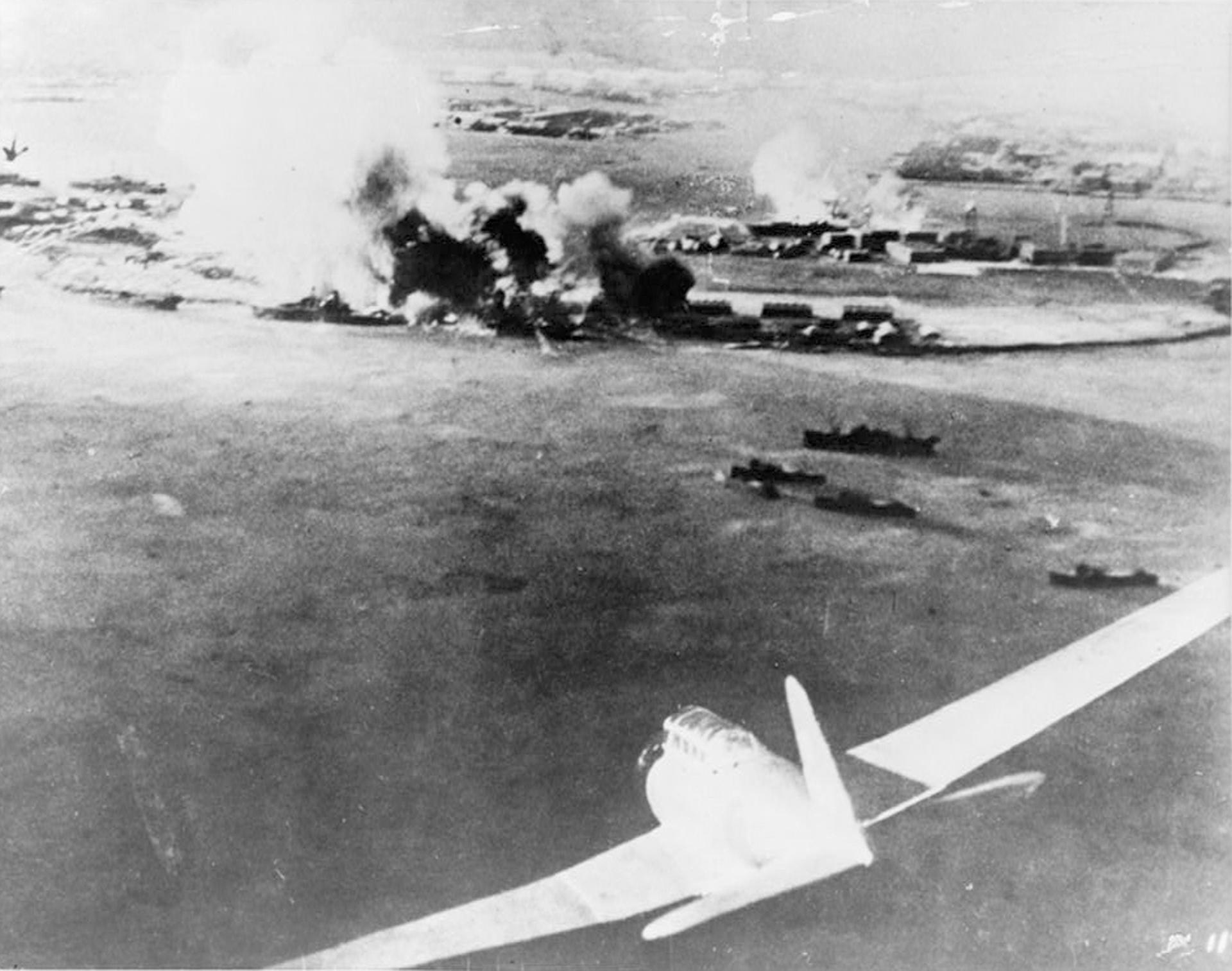 Imagen tomada por un piloto japonés que muestra los primeros bombardeos contra Peral Harbor