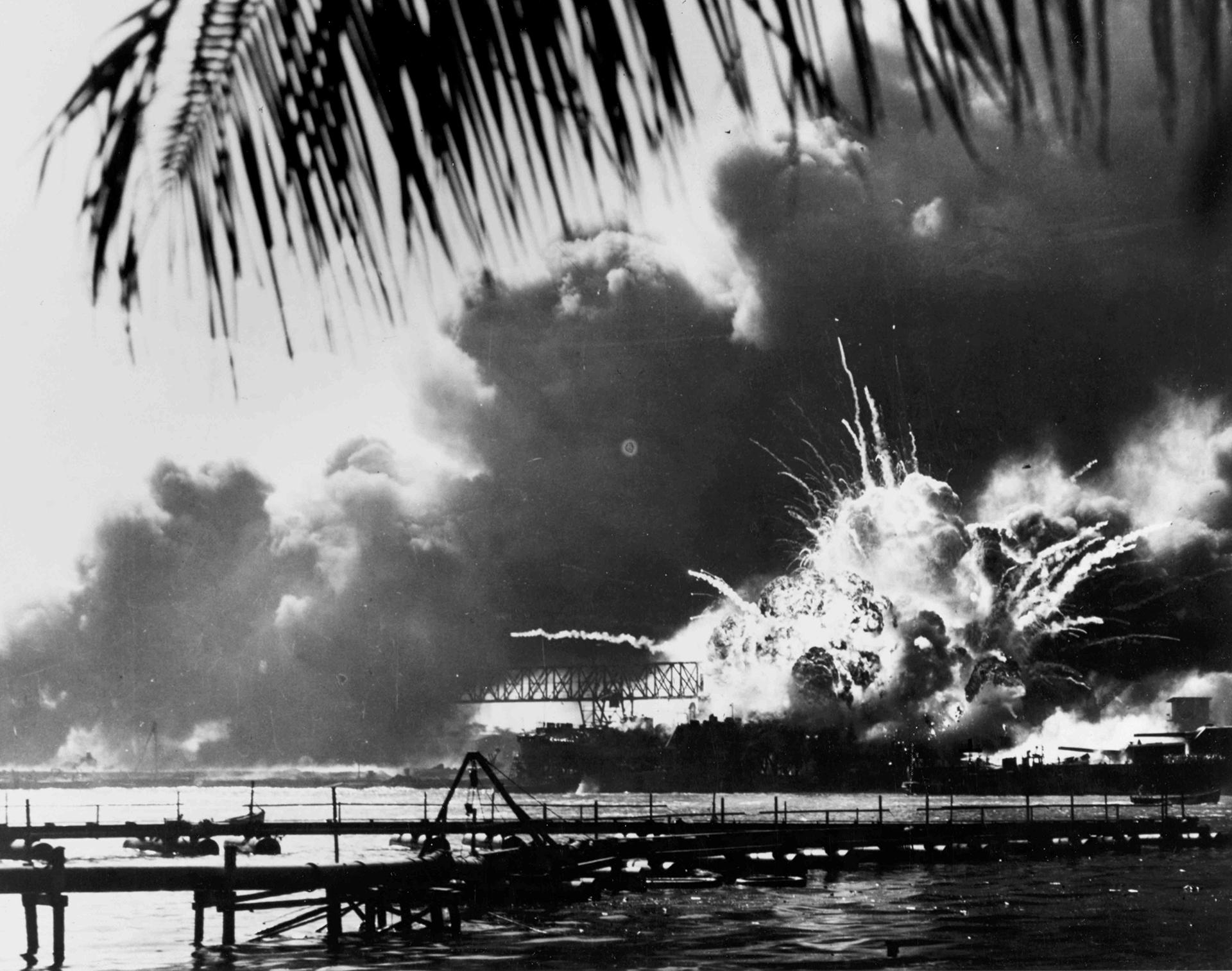 El destructor estadounidense USS Shaw explota a las 9:30 horas del 7 de diciembre de 1941, durante el ataque japonés contra Pearl Harbor