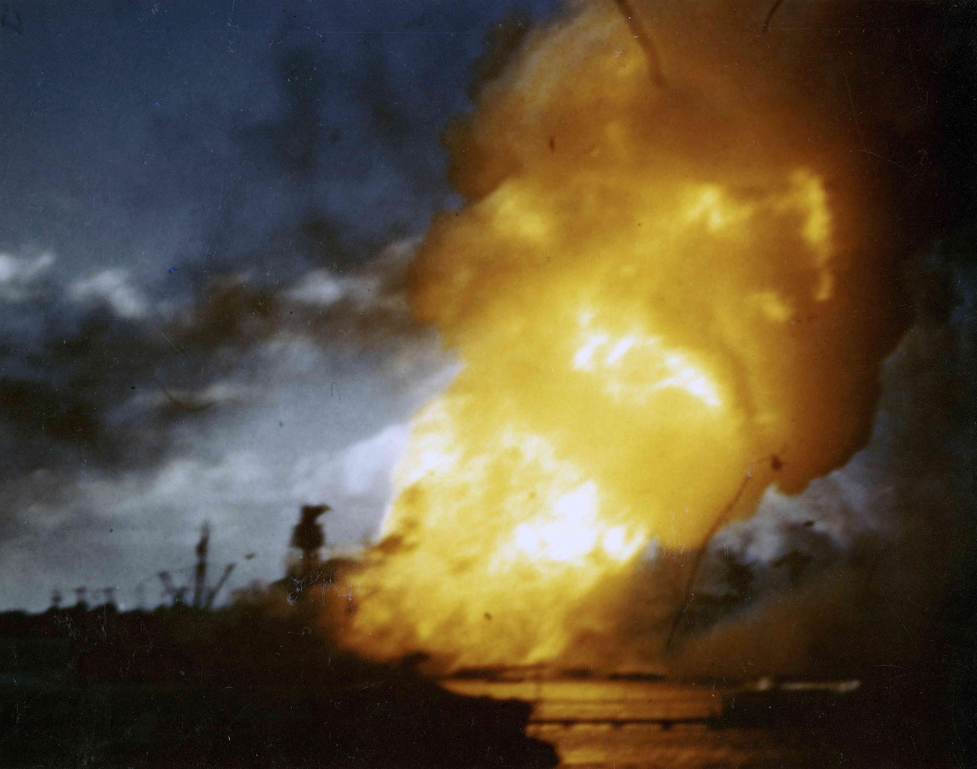 Destrucción del USS Arizona, hacia las 08:10, aproximadamente 12 minutos después del inicio del ataque.