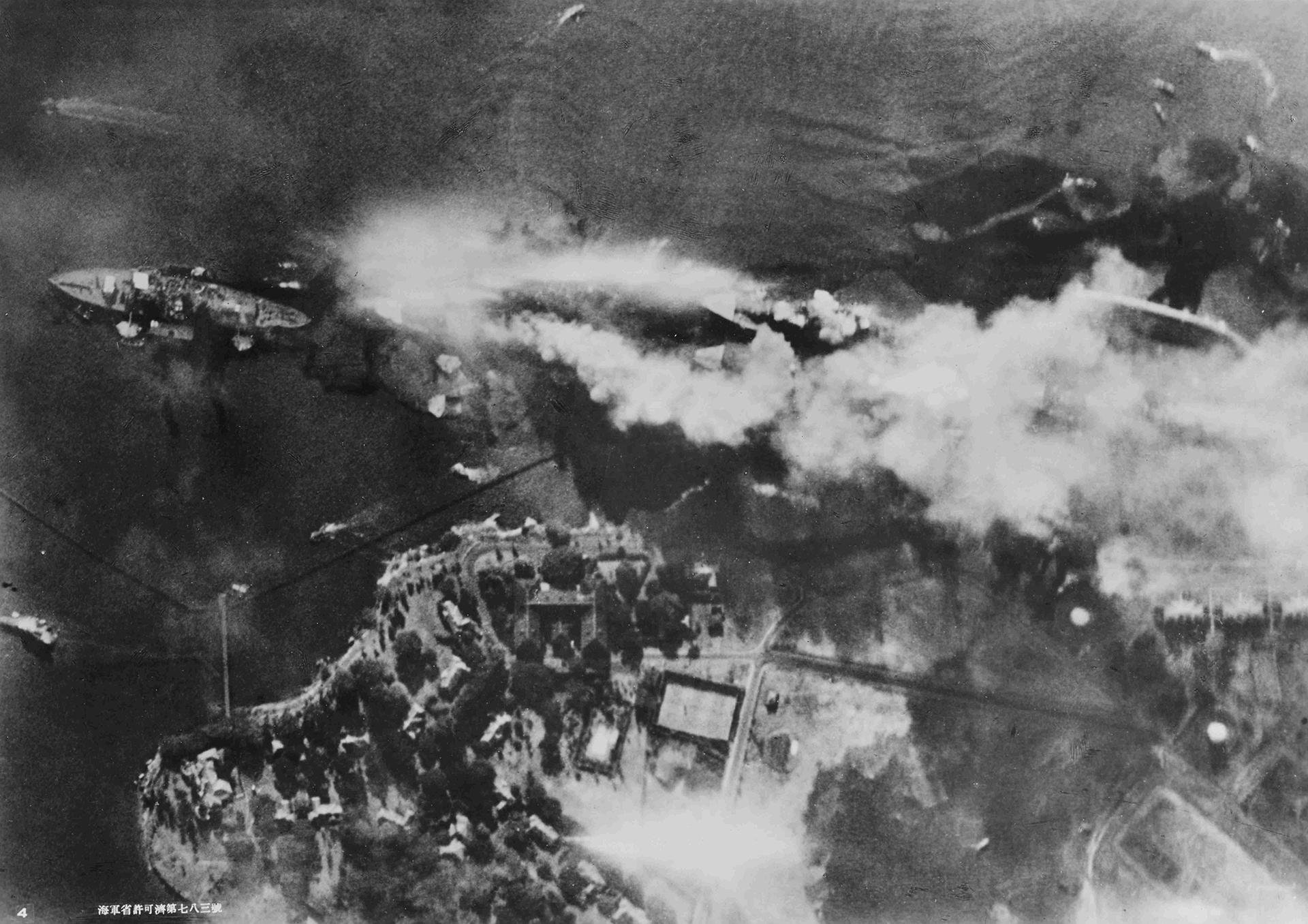 Dos oleadas seguidas causaron devastación en la línea de batalla y en las instalaciones militares de defensa de Pearl Harbor. En la foto, la destrucción del acorazado USS Arizona