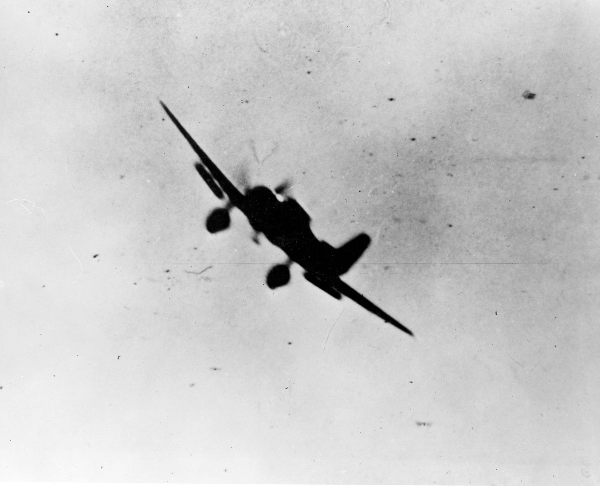 """Un bombrardero japonés Tipo 99 """"Val"""" en acción contra Pearl Harbor"""