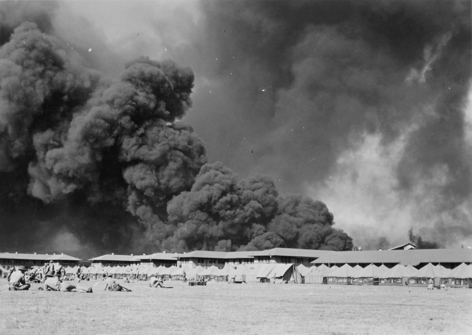 Marines estadounidenses esperan el posible regreso de los aviones japoneses en el patio de armas del cuartel naval de Pearl Harbor