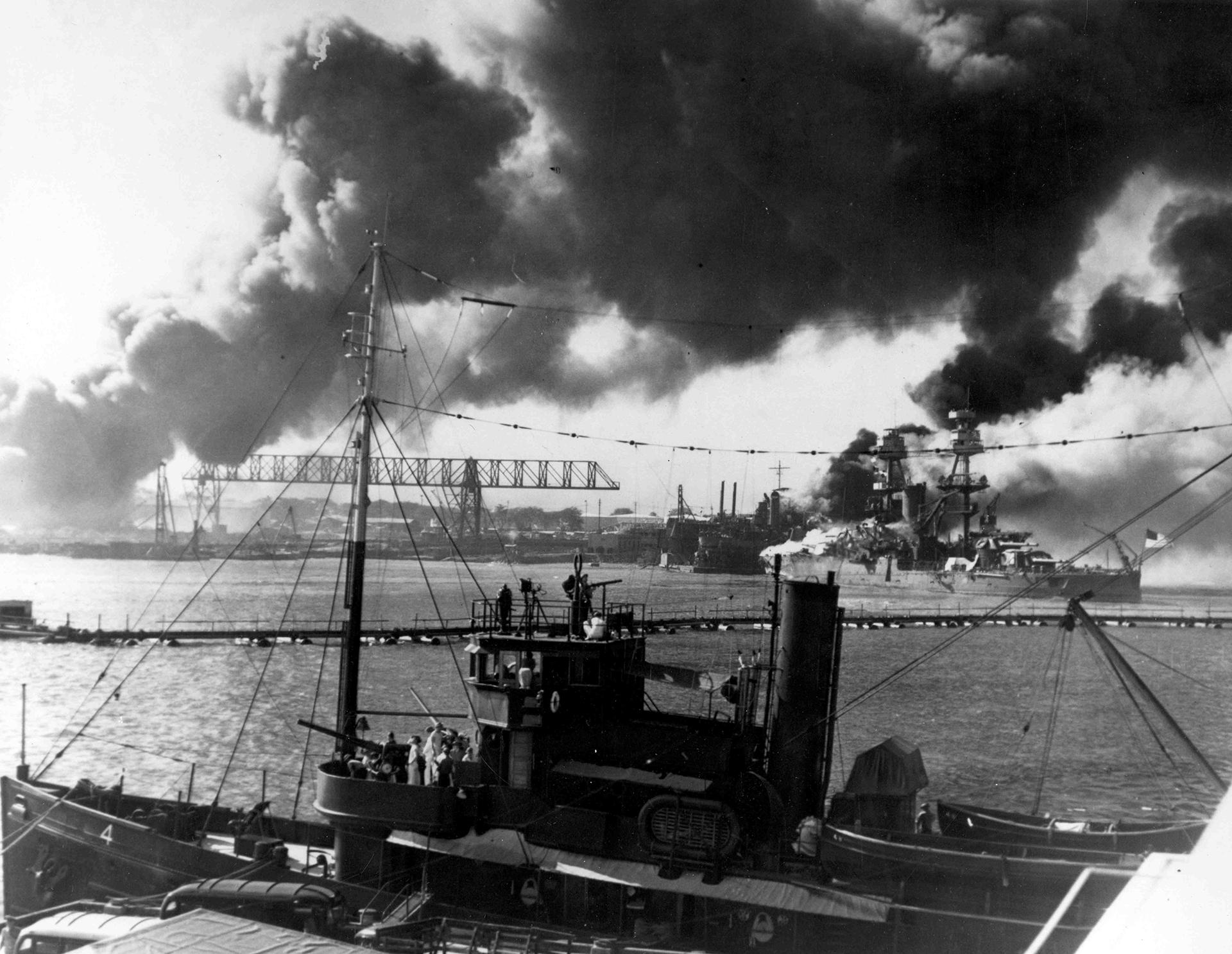 Artilleros esperan por otro ataque japonés a bordo el dragaminas norteamericano USS Avocet