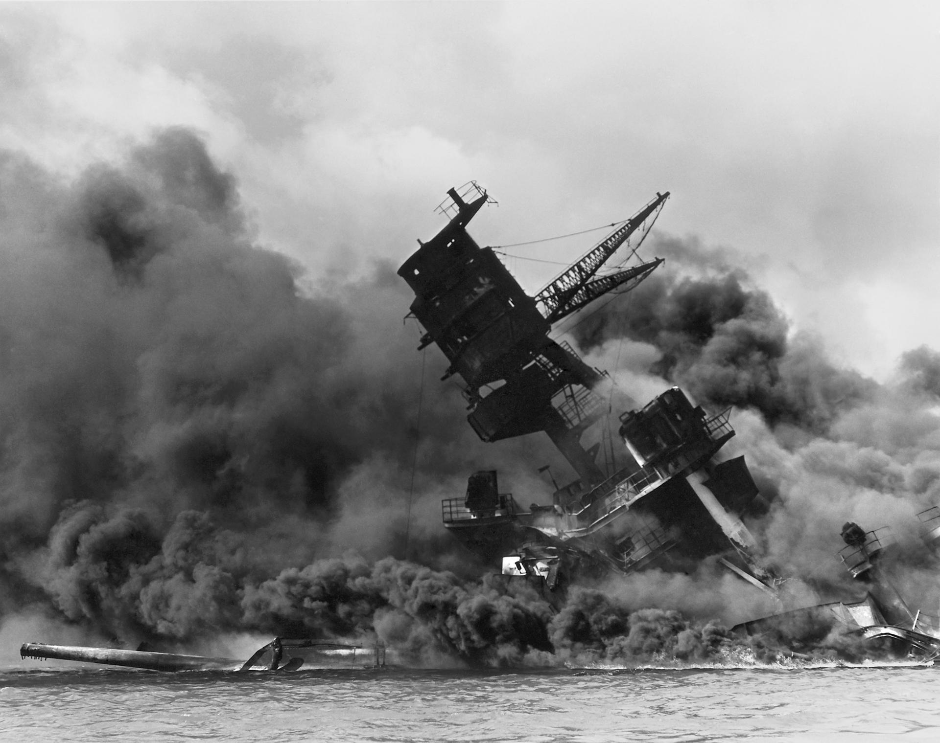 La estructura superior del acorazado hundido USS Arizona se quema tras el ataque aéreo japonés