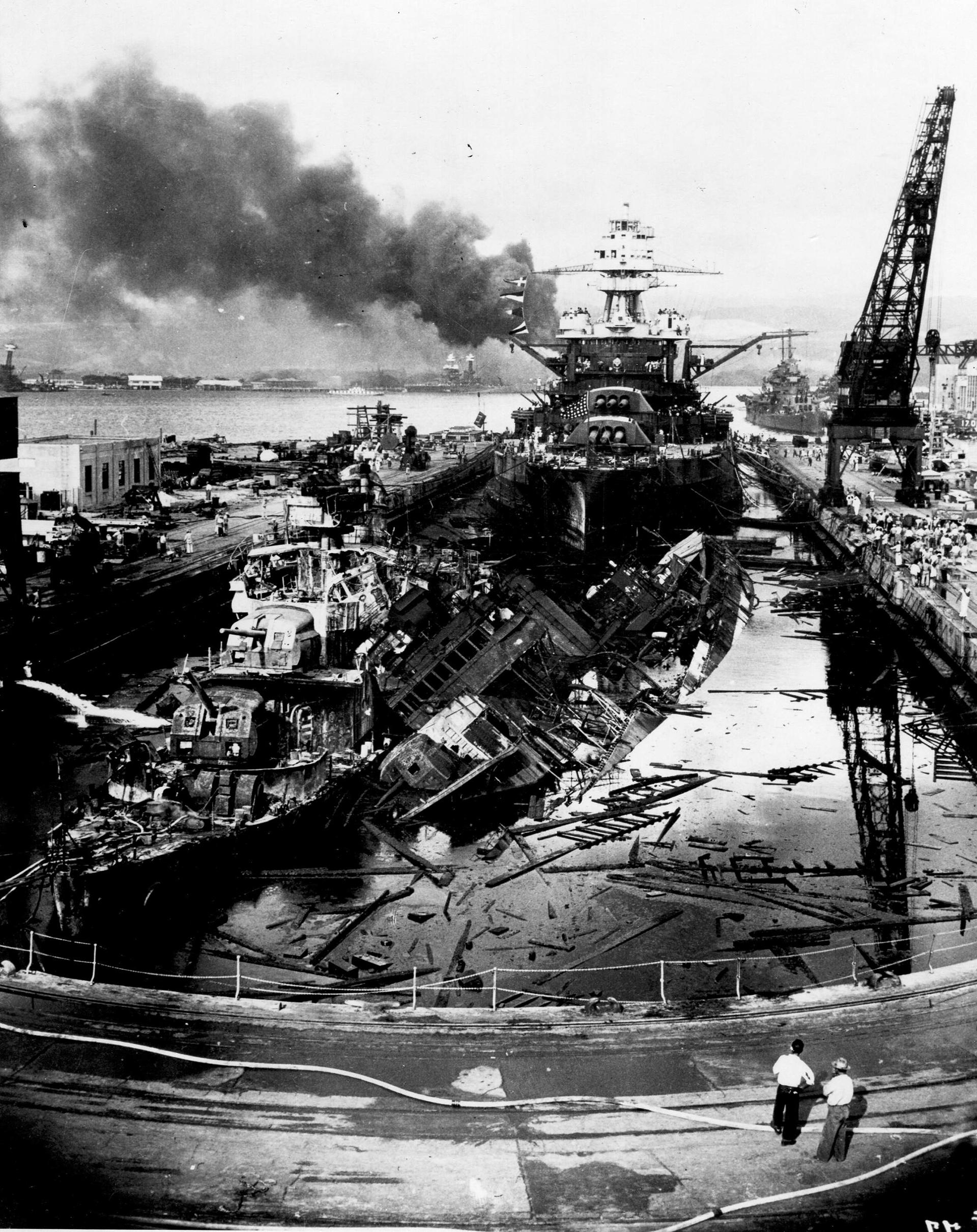 Los destructores estadounidenses USS Downes y USS Cassin naufraga npoco después del final del ataque aéreo japonés a Pearl Harbor