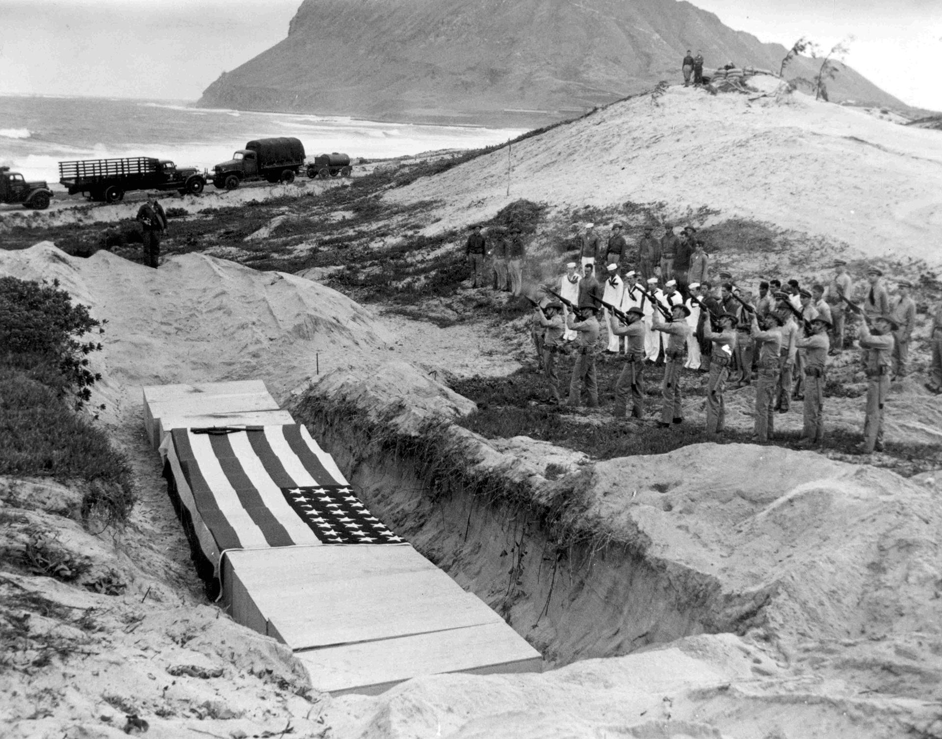 Una escuadra de fusileros de la marina norteamericana dispara en homenaje a quince oficiales y soldados muertos en la estación aérea naval de la bahía de Kanoehe