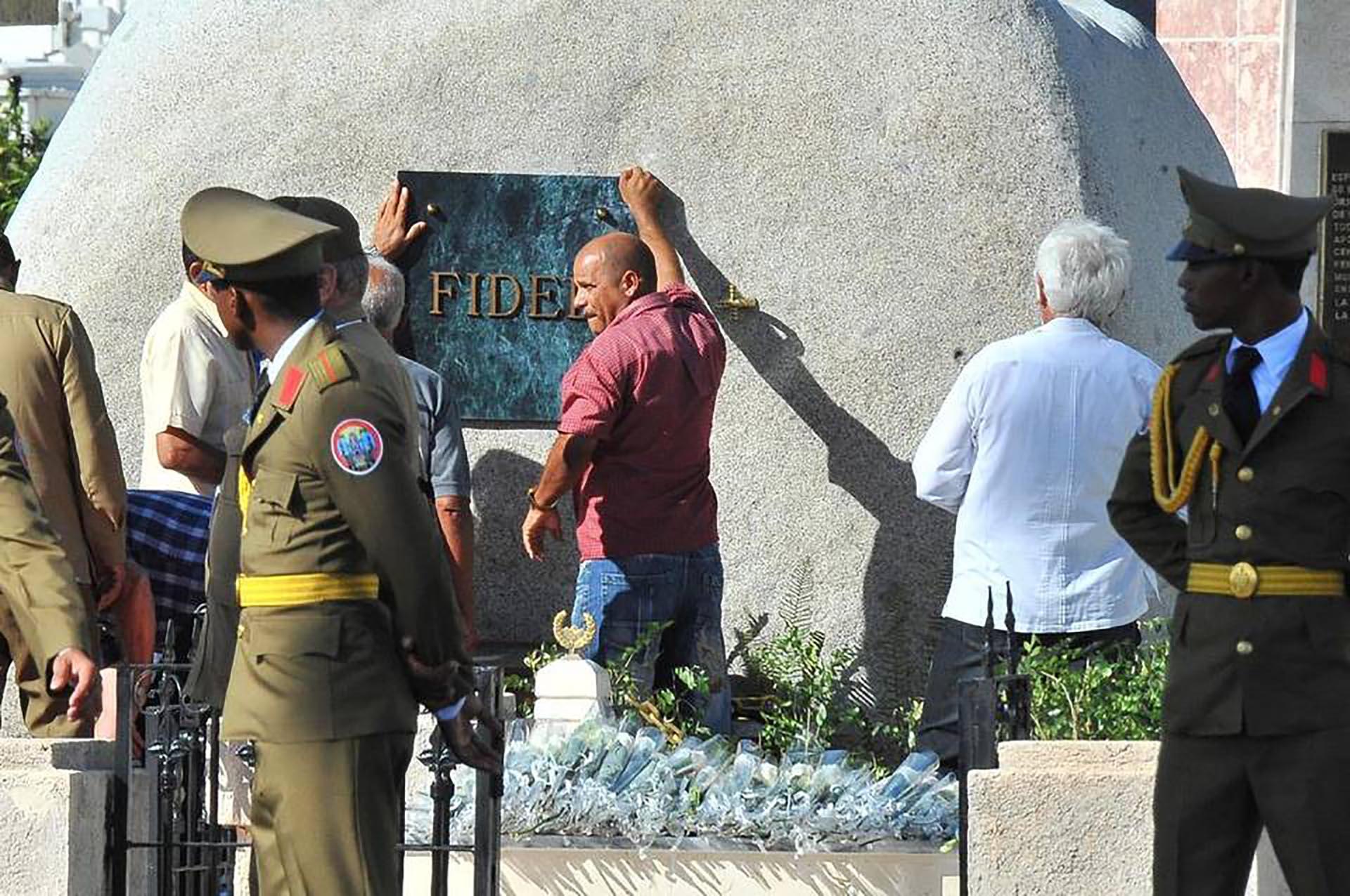 Previo a la ceremonia, los restos de Fidel fueron trasladados por las calles de Santiago de Cuba (AFP)