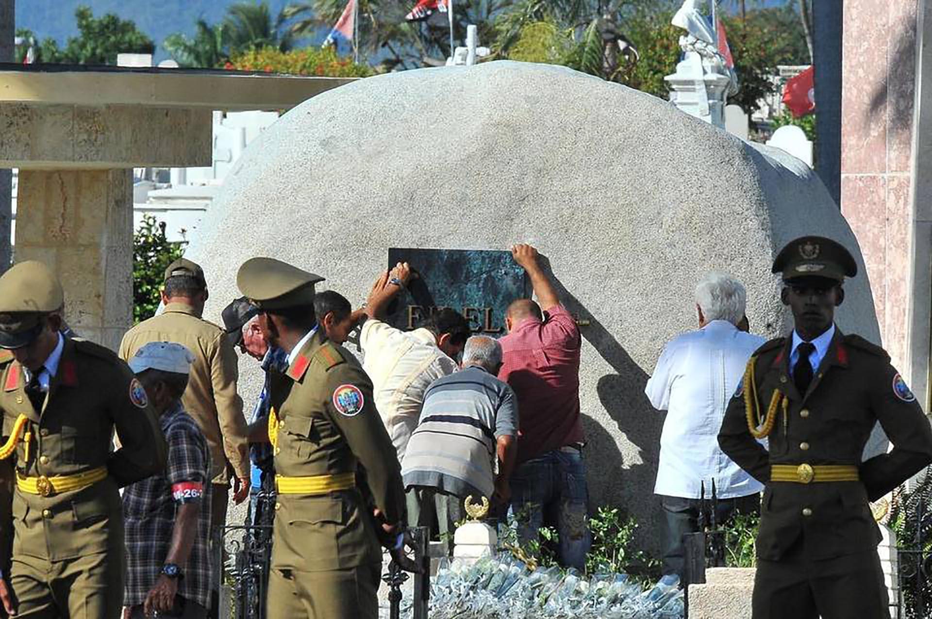 El monumento a Fidel consiste en una gran piedra redonda (AFP)
