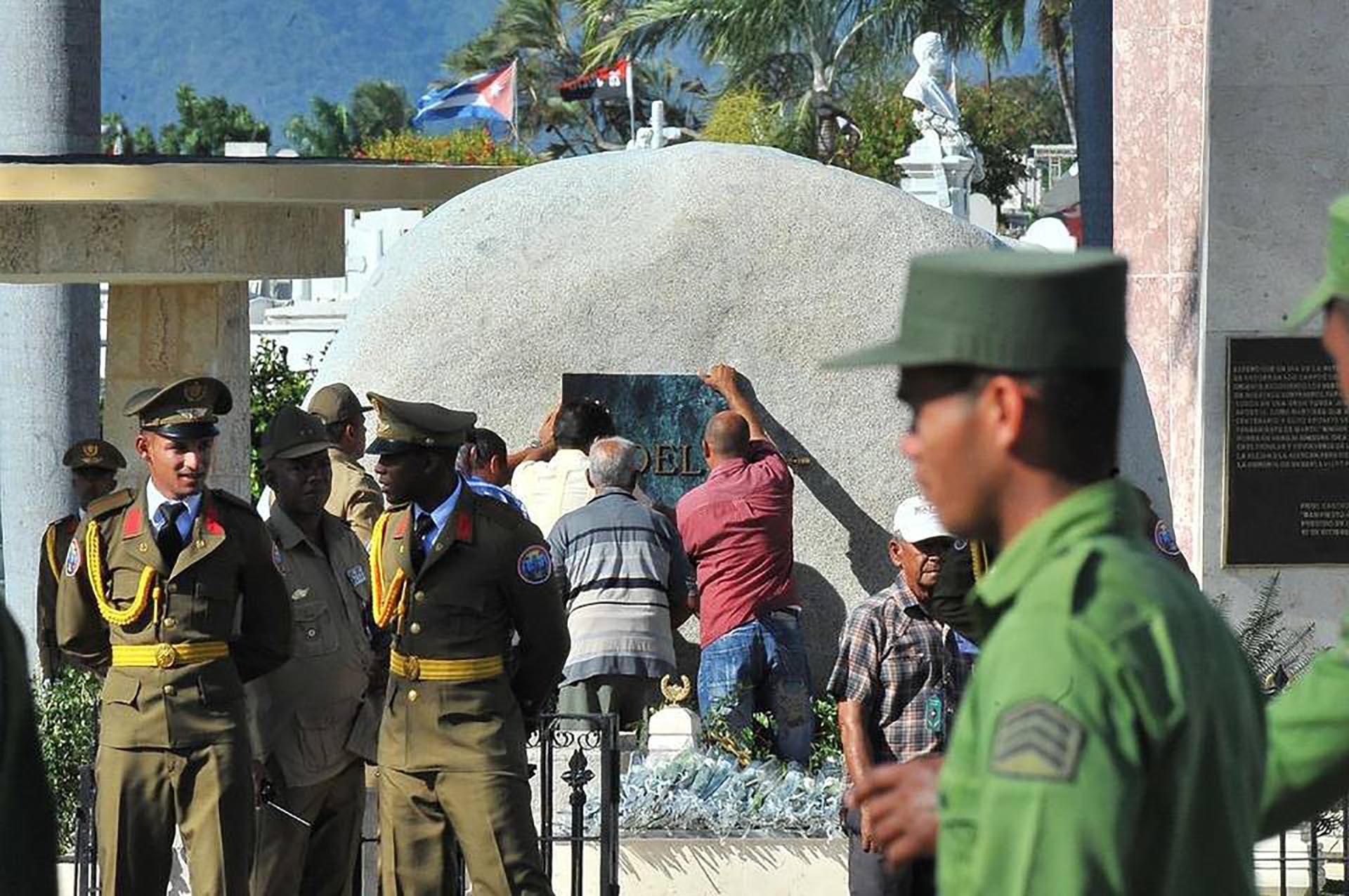 """El mausoleo lleva una placa con la leyenda: """"Fidel"""" (AFP)"""