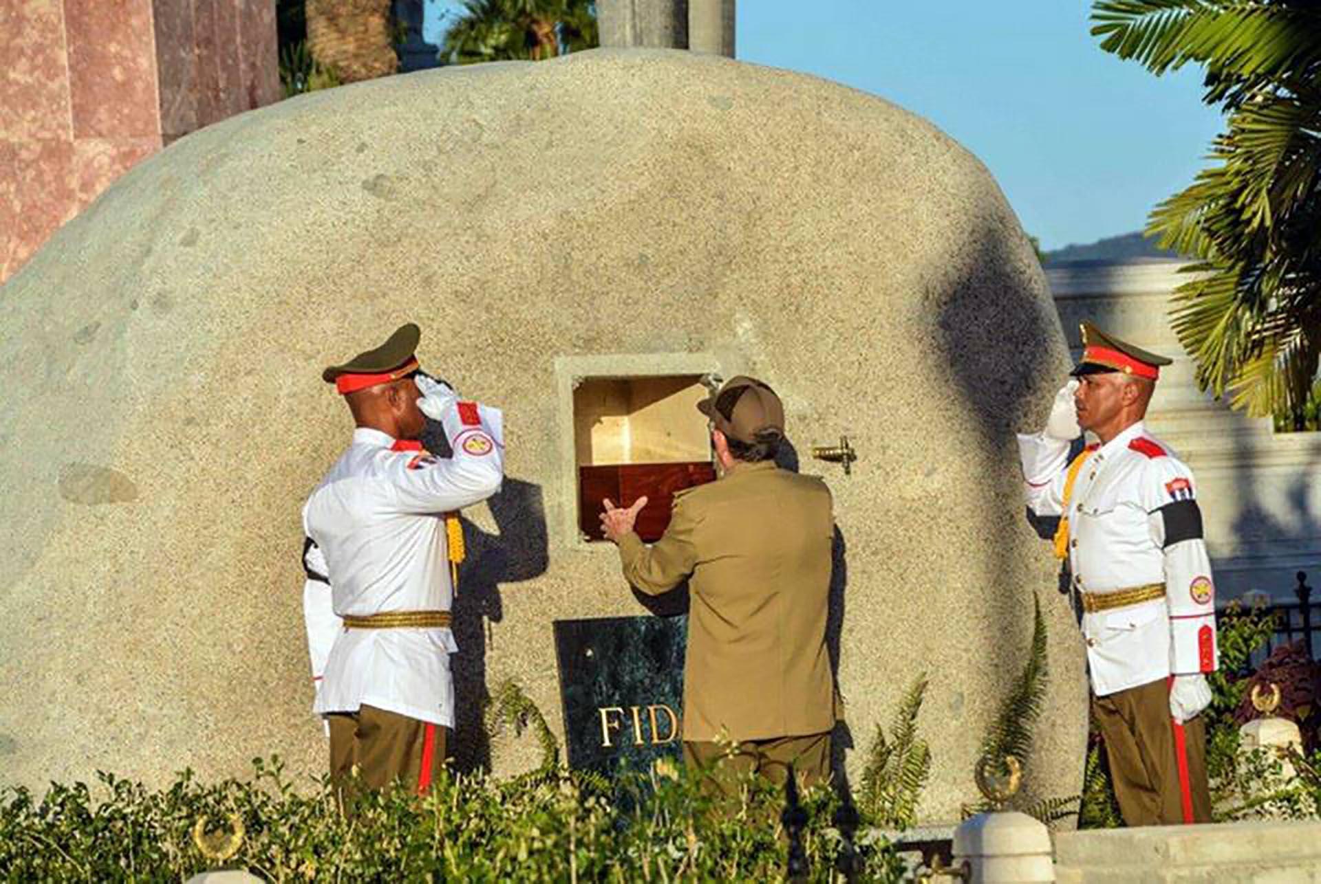 El monumento a Fidel estuvo escoltado por oficiales de las fuerzas cubanas (Agencia Cubana de Noticias)