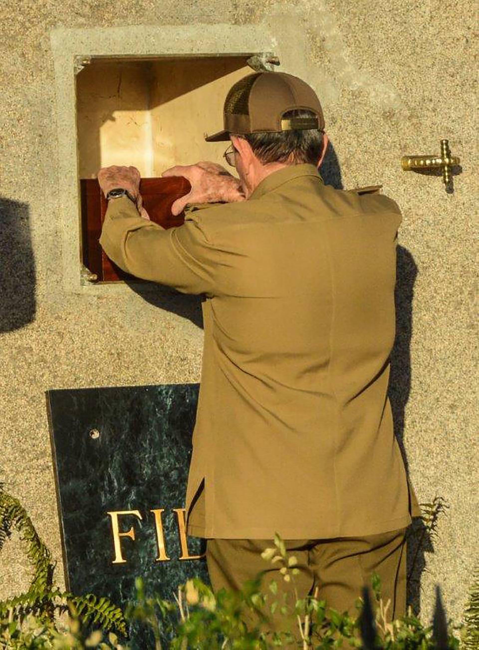 Raúl Castro fue el encargado de colocar las cenizas de Fidel en el mausoleo (Agencia Cubana de Noticias)
