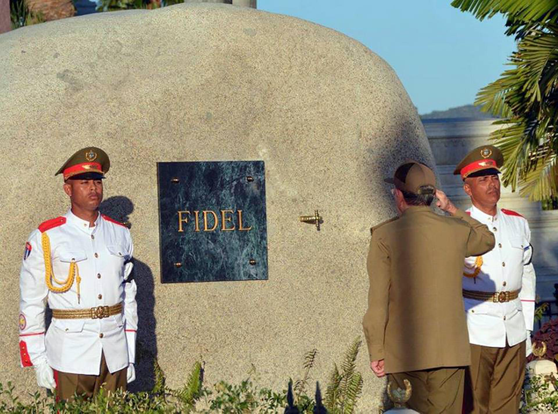 Raúl frente al mausoleo de su hermano Fidel (Agencia Cubana de Noticias)