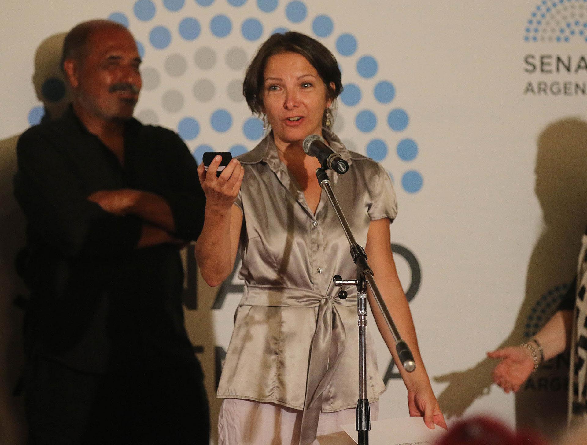 Alejandra Darín recibió la medalla en lugar de su hermano Ricardo